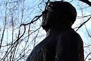 Koning Willem-Alexander is aanwezig bij de herdenking van de Februaristaking. Op 25 februari 1941 legden duizenden werknemers in Amsterdam en omgeving het werk neer uit protest tegen het optreden van de Duitse bezetter tegen de joden. <br /> <br /> King Willem-Alexander was present at the commemoration of the February strike. On February 25, 1941 put thousands of workers in Amsterdam and around the work down in protest against the actions of the Germans against the Jews.<br /> <br /> Op de foto / On the photo: <br />  het monument 'De Dokwerker'  op het Jonas Daniel Meijerplein, Amsterdam