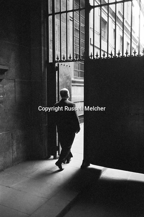 """Alfred Hitchcock leaving the Conciergerie, """"a free man""""!<br /> <br /> Alfred Hitchcock quittant la Conciergerie , """" un homme libre """" !"""