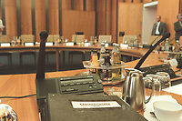 "14 JUN 2000, BERLIN/GERMANY:<br /> Aktenmappe ""Kabinettsache"" auf dem Kabinettstisch im noch leeren Kabinettssaal, Bundeskanzleramt<br /> IMAGE: 20000614-01/01-04<br /> KEYWORDS: Kabinett"