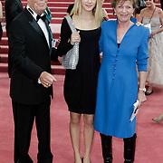 NLD/Amsterdam/201200704 - Inloop Koninging Beatrix bij afscheid Hans van Manen, Hans en Connie Palmen en stiefkleindochter Stanja