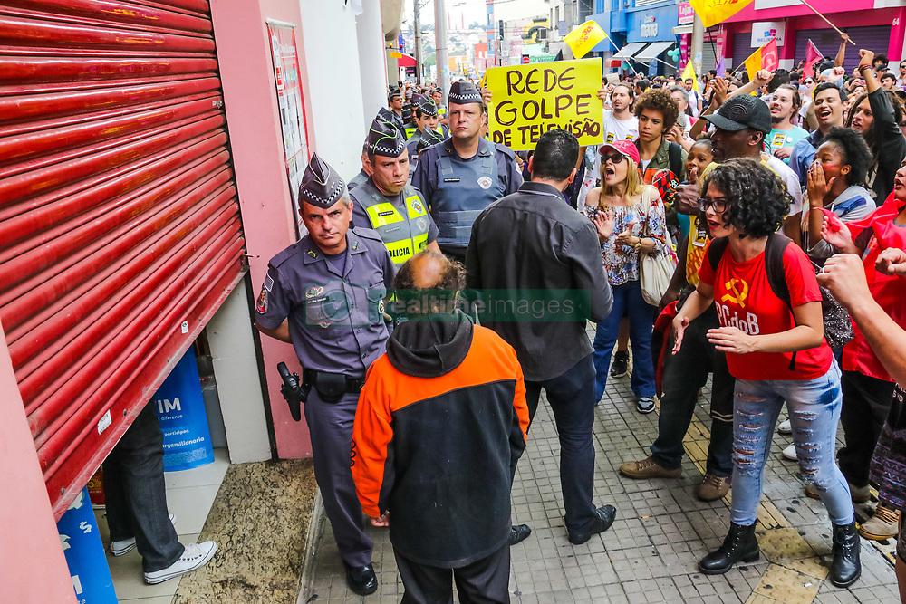 April 28, 2017 - Maniestantes durante Greve Geral no centro de Sorocaba, SP. O comércio fechou as portas e cerca de mil pessoas participaram da manifestação. Houve pequenas passeatas nas principais ruas da cidade. (Credit Image: © Cadu Rolim/Fotoarena via ZUMA Press)