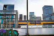 Nederland, Amsterdam, 22-11-2019Beeld van de zuidas en rondweg a10 vanuit station Amsterdam Zuid .. Het vinoly gebouw, vinolygebouw, vinoly-gebouw met verschillende huurders langs de drukke a10 rondweg.Foto: Flip Franssen