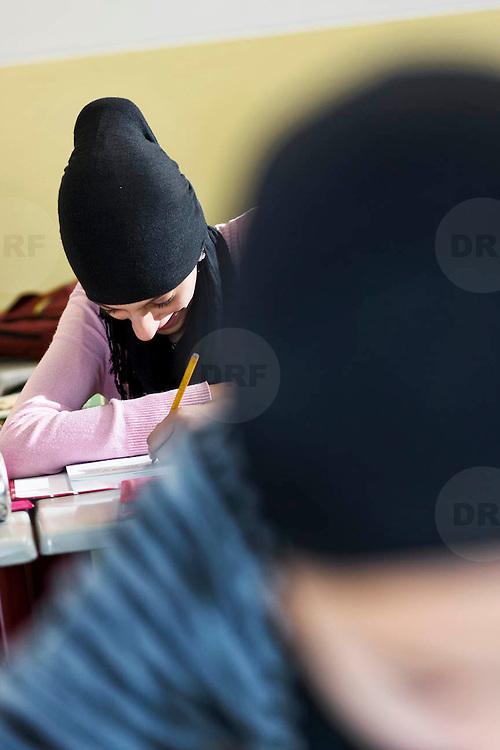 Nederland Rotterdam 23-09-2009 20090923 Serie over onderwijs, het Libanon Lyceum Kralingen,  openbare scholengemeenschap voor mavo, havo en vwo.   Allochtone leerlingen met hoofddoekjes maken klassikaal oefeningen, multiculturele samenstelling                                                    .Foto: David Rozing