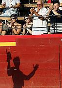 """V. 01. Valencia, 24/07/05. El rejoneador, Sergio Galán, es aplaudido por su faena con el primer astado, """"Machista"""", durante la última corrida celebrada esta tarde con motivo de la feria de julio en el coso valenciano. EFE/Kai Försterling."""