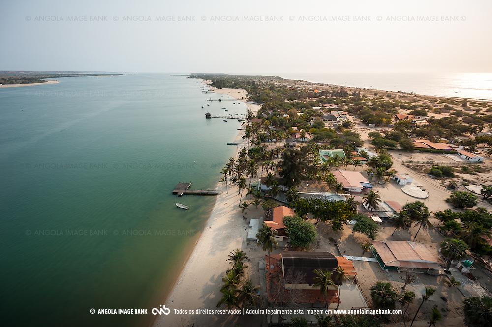 Vista aérea da cidade Luanda, capital de Angola. Restinga do Mussulo