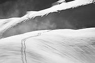 Tief verschneite Winterlandschaft mit Skispur im hinteren Bisistal, Kanton Schwyz, Schweiz / <br /> <br /> Snow-covered winter landscape with a ski track in the rear Bisistal, Canton Schwyz, Switzerland