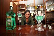 Jindrichuv Hradec/Tschechische Republik, Tschechien, CZE, 31.08.2007: Das Unternehmen Hill´s Liquere S.R.O. wurde 1920 von Albin Hill  gegründet. Die Tradition wurde 1947 von Radomil Hill weitergeführt - heute wird das Unternehmen von seiner Tochter Ilona Musialova geleitet. Junge Dame im Verkaufsraums der Hill's Brennerei. <br /> <br /> Jindrichuv Hradec/Czech Republic, CZE, 31.08.2007: Albin Hill established Hill's Liguere in 1920. He started out as a wine wholesaler and soon after he began producing his own liquor and liqueurs. In 1947 his son Radomil Hill continues this tradition and today his daughter Ilona Musialova is leading the company. Young woman visiting the shop of the Hill's liquere distillery.