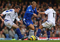 Fotball<br /> Premier League 2004/2005<br /> 06.11.2004<br /> Foto: SBI/Digitalsport<br /> NORWAY ONLY<br /> <br /> Chelsea v Everton<br /> <br /> Chelsea's Eidur Gudjohnsen gets between Everton's Tim Cahill and Alan Stubbs