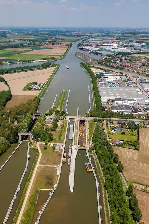 Nederland, Limburg, Gemeente  Sittard-Geleen, 27-05-2013; Julianakaal met sluizencomplex Born. De sluizen worden gerenoveerd. Gezien naar het Noorden, rechts bedrijven terrein Born (Sluisweg ?).<br /> Shipping locks Julianacanal (Meuse canal).<br /> luchtfoto (toeslag op standard tarieven);<br /> aerial photo (additional fee required);<br /> copyright foto/photo Siebe Swart.
