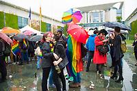 DEU, Deutschland, Germany, Berlin, 30.06.2017: TeilnehmerInnen einer Party und Kundgebung vor dem Kanzleramt anlässlich der heutigen erfolgreichen Abstimmung im Bundestag zur Ehe für Homosexuelle Paare.