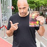 NLD/Hilversum/20160730 - Boekpresentatie Menthal Theo, Theo met zijn boek