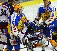 Ishockey,  17. mars 2002 semifinale sluttspillet, Vålerenga - Storhamar, Jordal Amfi.   Chris Zanutto (37), Storhamar, dytter ned Hans Abrahamsson, Vålerenga. Til venstre: Niclas Barklund, Vålerenga. Til høyre: Mads Hansen (25), Storhamar.