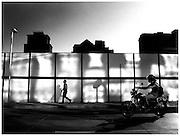El gigante de cemento pone su antena sobre el hombre. La capital de Chile sube en Sudamérica y una sombra camina pegada a la pared.