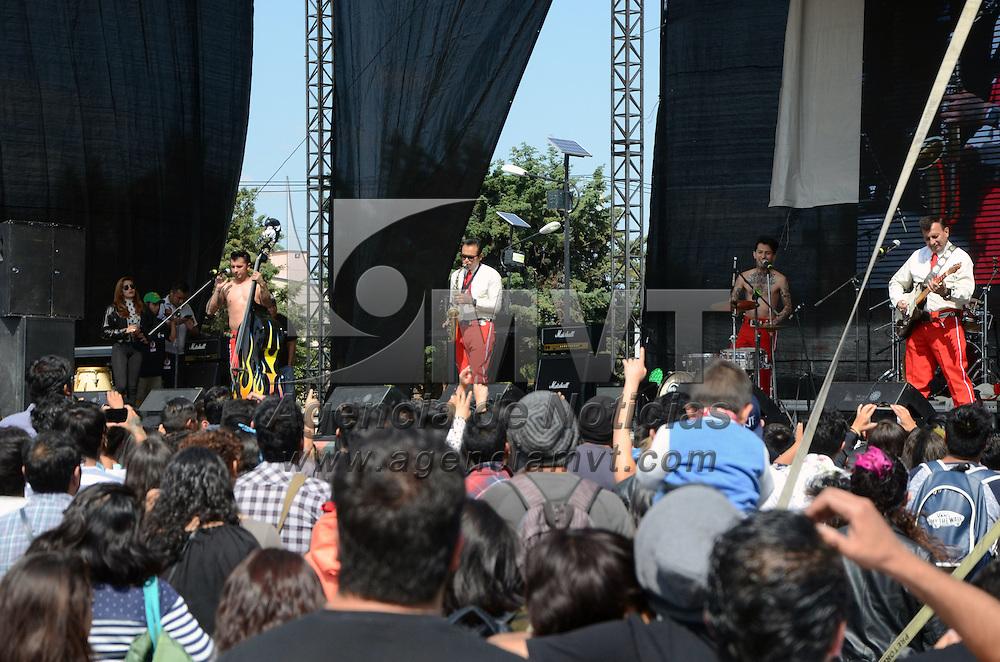 METEPEC, Mexico (Octubre 15,2016).- Rock Rebel Cats, banda mexicana de rockabilly de la Ciudad de México, con música de los 70s,  pusieron a bailar a los asistentes al ex recinto ferial de Metepec, durante el Festival Cultural Quimera 2016, y posteriormente repartieron autógrafos a los fans. Agencia MVT. José Hernández.