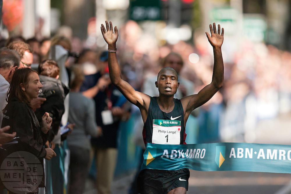 De Keniaan Philip Langat komt als eerste hardloper aan bij de finish van de Singelloop in Utrecht. In Utrecht is de 61e Singelloop gehouden, die sinds vorig jaar in de boeken staat als het snelste 10 km parcours.<br /> <br /> Philip Langat is finishing as first runner at the 10 km Singelloop in Utrecht.