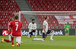 Spillerne knæler før UEFA Nations League kampen mellem Danmark og England den 8. september 2020 i Parken, København (Foto: Claus Birch).