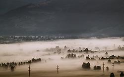 THEMENBILD - Strommasten mit Leitungen und Landschaft im Nebel, aufgenommen am 26. Mai 2018 in Kaprun, Österreich // Electricity pylons with lines and landscape in the fog, Kaprun, Austria on 2018/05/26. EXPA Pictures © 2018, PhotoCredit: EXPA/ JFK