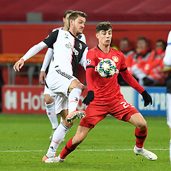 11.12.2019, BayArena, Leverkusen, GER, UEFA CL, Bayer 04 Leverkusen vs Juventus Turin, Gruppe D, im Bild Kai Havertz ( Bayer 04 Leverkusen ) im Zweikampf mit Daniele Rugani ( Juventus Turin ) // during the UEFA Champions League group D match between Bayer 04 Leverkusen and Juventus Turin at the BayArena in Leverkusen, Germany on 2019/12/11. EXPA Pictures © 2019, PhotoCredit: EXPA/ Eibner-Pressefoto/ Thomas Thienel<br />