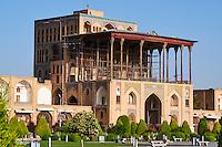 Iran, province d'Ispahan, Ispahan, Place de l'Imam, classée Patrimoine Mondial de l'UNESCO, Palais de Ali Qapu // Iran, Isfahan, Imam Square, Ali Qapu Palace, world heritage of the UNESCO