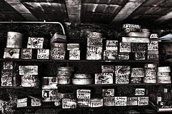 I vari stampi sono disposti su vecchi scaffali