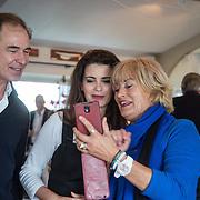 NLD/Muiden/20160530 , Uitreiking CosmoQueen Award 2016, Erik de Vogel met partner Caroline de Bruijn en Vivian Boelen
