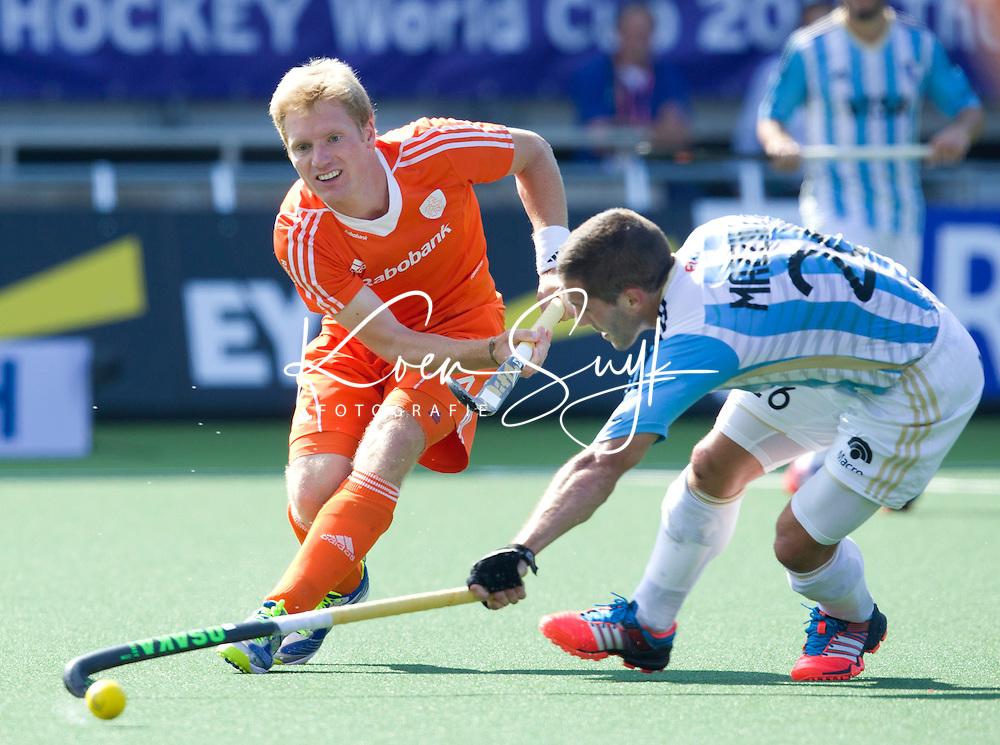 DEN HAAG - Klaas Vermeulen in duel met Agustin Mazzilli tijdens de wedstrijd tussen de mannen van Nederland en Argentinie in de World Cup hockey 2014. ANP KOEN SUYK