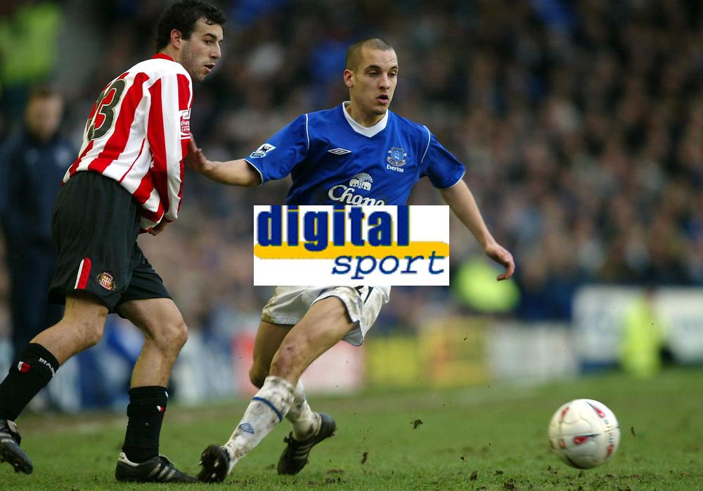 Fotball<br /> FA-cup 2005<br /> Everton v Sunderland<br /> 29. januar 2005<br /> Foto: Digitalsport<br /> NORWAY ONLY<br /> Leon Osman of Everton steals the ball off Julio Arca of Sunderland.