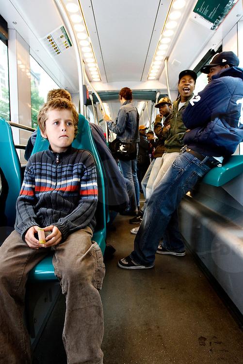 Nederland Rotterdam 23 juli 2007 20070723 Foto : David Rozing ..Jongeren jeugd in de tram openbaar vervoer Rotterdam ..Foto David Rozing