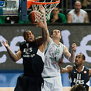 Efes Pilsen's Lawrence ROBERTS (L), Bootsy THORNTON (R) and Montepaschi Siena's Ksistof LAVRINOVIC (C) during their Turkish Airlines Euroleague Basketball Top 16 Group G Game 1 match Efes Pilsen between Montepaschi Siena at Sinan Erdem Arena in Istanbul, Turkey, Wednesday, January 19, 2011. Photo by TURKPIX