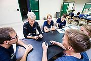 De rijders bespreken met de trainers de tactiek voor de kwalificatie. Het Human Power Team Delft en Amsterdam, dat bestaat uit studenten van de TU Delft en de VU Amsterdam, is in Amerika om tijdens de World Human Powered Speed Challenge in Nevada een poging te doen het wereldrecord snelfietsen voor vrouwen te verbreken met de VeloX 7, een gestroomlijnde ligfiets. Het record is met 121,44 km/h sinds 2009 in handen van de Francaise Barbara Buatois. De Canadees Todd Reichert is de snelste man met 144,17 km/h sinds 2016.<br /> <br /> With the VeloX 7, a special recumbent bike, the Human Power Team Delft and Amsterdam, consisting of students of the TU Delft and the VU Amsterdam, wants to set a new woman's world record cycling in September at the World Human Powered Speed Challenge in Nevada. The current speed record is 121,44 km/h, set in 2009 by Barbara Buatois. The fastest man is Todd Reichert with 144,17 km/h.