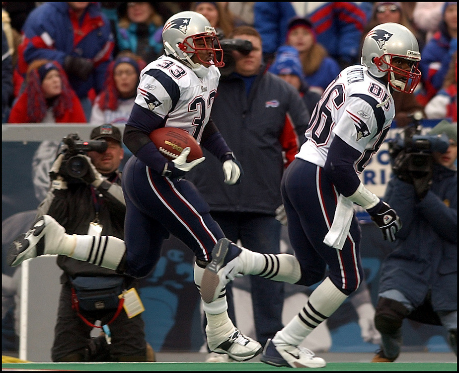 (11/3/02 Buffalo, MA) New England Patriots vs Buffalo Bills. #33 Kevin Faulk heads down the sidelines for a 3rd Q TD on a screen pass from Tom Brady as #86 David Patten leads the way. (110302patsmjs-staff photo  by Michael Seamans. Saved in photo Mon/cd. )