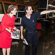 NLD/Amsterdam/20180217 - Prinses Margriet bij viering 75 jaar Trouw, Prinses Margriet kijkt hoe de eerste krant van de band rolt
