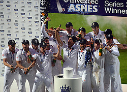 © Licensed to London News Pictures. 25/08/2013. London, UK Investec 5th Ashes Test, The Kia Oval, 5th day, 25/08/2013 England captain Alastair Cook holds the Ashes urn aloft with his teammates. Photo credit : Mike King/LNP