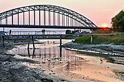 Nederland, Nijmegen. 20-7-2018 Drooggevallen bedding van een zijgeul van de Waal in de Ooijpolder. Door de lage waterstand is er geen aanvoer van water vanuit de rivier . Door het uitblijven van regen is de grond gebarsten. Foto: Flip Franssen