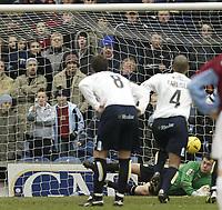 Fotball<br /> England 2004/2005<br /> Foto: SBI/Digitalsport<br /> NORWAY ONLY<br /> <br /> Burnley v Leeds United<br /> Coca-Cola Championship.<br /> 05/02/2005.<br /> Leeds Keeper Neil Sullivan saves Ian Moore penalty