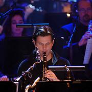 NLD/Utrecht/20060319 - Gala van het Nederlandse lied 2006, Metropole Orkest, saxofonist