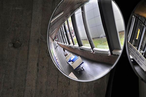 Nederland, Nijmegen, 22-4-2010Een bed wordt door de vervoersdienst naar een andere plek in het ziekenhuis gebracht.Foto: Flip Franssen