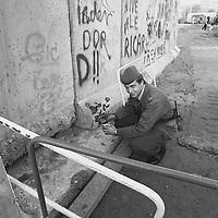 Sie haben sich mit der Revolution 1974 friedlich aus ihrer Diktatur befreit, das Symbol dafür waren Nelken, die in die Gewehrläufe gesteckt wurden. Auch eine Art Recycling, Waffen zu Blumenvasen. Hier bekam ein junger Soldat der DDR-Grenztruppen einen Rosenzweig geschenkt, den er in eine Getränkedose steckt und diese neben den Spalt in der Berliner Mauer stellt.
