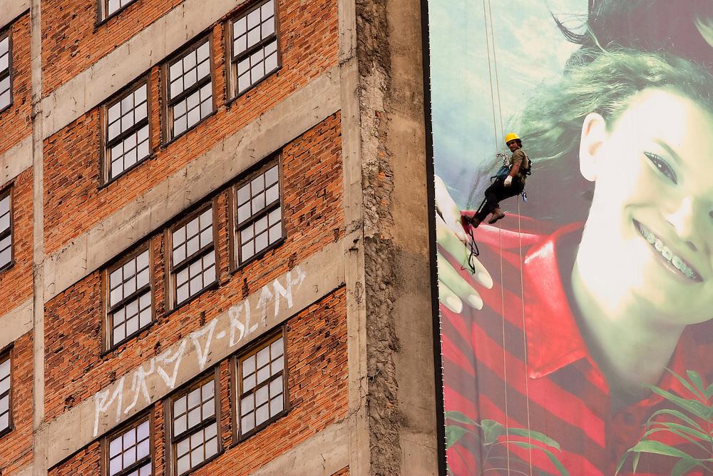 Belo Horizonte_MG, Brasil...Homem trocando a lampada de um painel de publicidade em um predio na regiao centro de Belo Horizonte...A man changing a light in a billboard on a building in the center region of Belo Horizonte...FOTO: LEO DRUMOND /  NITRO