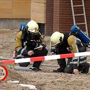 NLD/Huizen/20061106 - Hoofdgasleiding kapot gestoten bouwterrein de Hoftuinen Aristoteleslaan Huizen, meting van concentratie gas door brandweer