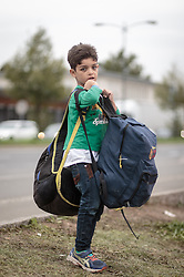 25.09.2015, Grenzübergang, Salzburg, AUT, Fluechtlingskrise in der EU, im Bild Flüchtlinge an der Grenze zu Deutschland, ein Junge mit Rucksäcken // Migrants on the German Border, a boy with backpacks. Thousands of refugees fleeing violence and persecution in their own countries continue to make their way toward the EU, border crossing, Salzburg, Austria on 2015/09/25. EXPA Pictures © 2015, PhotoCredit: EXPA/ JFK
