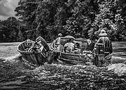 Fleuve Oyapock, Guyane, 2015.<br /> <br /> Pirogue amérindienne. Une famille de Trois-Sauts descend le fleuve jusqu'à Saint-Georges. <br /> Pour les habitants isolés des villages de Trois-Sauts, tout est cher. Le coût du transport pour se rendre à Camopi ou à Saint-Georges est un réel handicap dans le budget des familles dépendant du Revenu de Solidarité Active.<br /> L'octroi des allocations familiales ou des allocations de parent isolé est naturellement devenu un élément moteur du taux de natalité.  <br /> <br /> Les rythmes scolaires sont ici différents de ceux de Saint-Georges et du littoral. Régulièrement, en période de vacances scolaires les familles sont obligées de se descendre le fleuve pour récupérer les ainés scolarisés au collège de Saint-Georges.