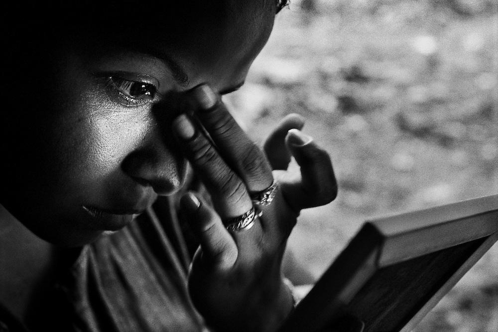 """French guiana, appprouague.<br /> <br /> Concession miniere, """"garota de programa"""".<br /> L'economie de nombreuses colonies de l'amazonie bresilienne depend de l'activite aurifere et de ses metiers derives. Pendant que les hommes partent faire les garimpeiros sur les chantiers guyanais, les femmes viennet tenter leur chance en foret.<br /> Elles font la tournee des sites miniers legaux ou clandestins pour rejoindre des clients qu'elles accompagnent quelques jours, en fonction de la production d'or."""
