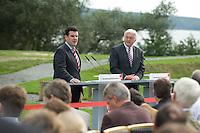 07 SEP 2008, WERDER/GERMANY:<br /> Hubertus Heil (L), SPD Generalsekretaer, und Frank-Walter Steinmeier (R), SPD, Bundesaussenminister, und Journalisten, waehrend einer Pressekonferenz  zur Klausurtagung der SPD Parteispitze in deren Verlauf Steinmeier den Ruecktritt von K urt B eck und seinen Antritt als Kanzlerkandidat zur Bundestagswahl 2009 bekannt gibt, Hotel Seaside Garden Schwielowsee<br /> IMAGE: 20080907-01-075