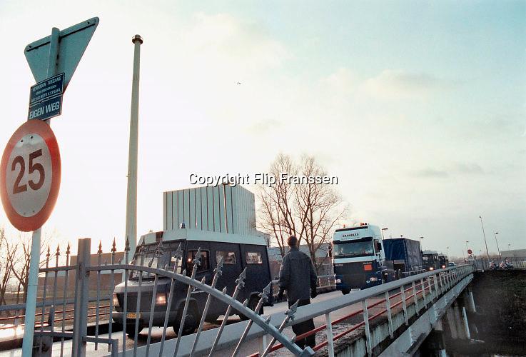 Nederland, Dodewaard, december 2000Actievoerders met spandoek bij het eerste kerntransport van Dodewaard naar Sellafield in Engeland. Anti kernenergie, Milieu, Greenpeace .Foto: Flip Franssen