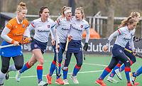 BLOEMENDAAL - Pien Dicke (SCHC) brengt de stand op 0-1, en viert het met Fabienne Roosen (SCHC), Carmel Bosch (Bldaal) , Sascha Olderaan (Bldaal)   tijdens de hoofdklasse hockeywedstrijd dames, Bloemendaal-SCHC (1-4) .  COPYRIGHT  KOEN SUYK