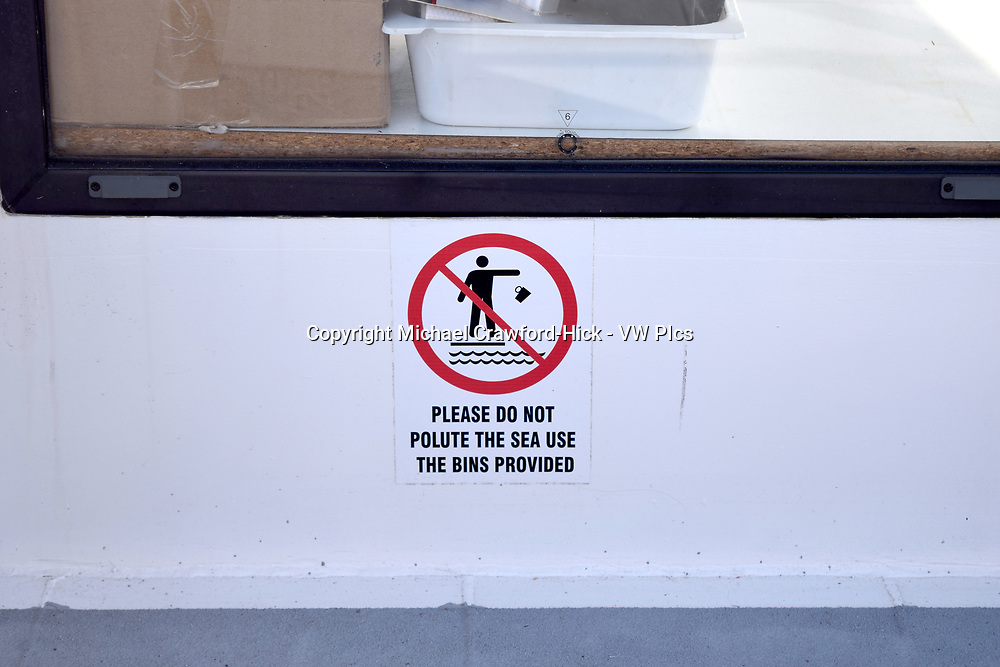 Please do not polite the sea sign