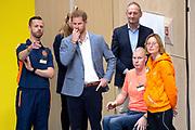 Prins Harry bekijkt diverse tijdens de presentatie van de Invictus Games The Hague 2020. Over precies een jaar wordt het sportevenement voor fysiek en mentaal gewonde militairen in het Haagse Zuiderpark gehouden.<br /> <br /> Prince Harry looks at various during the presentation of the Invictus Games The Hague 2020. In exactly one year, the sporting event for physically and mentally wounded soldiers will be held in Zuiderpark in The Hague.