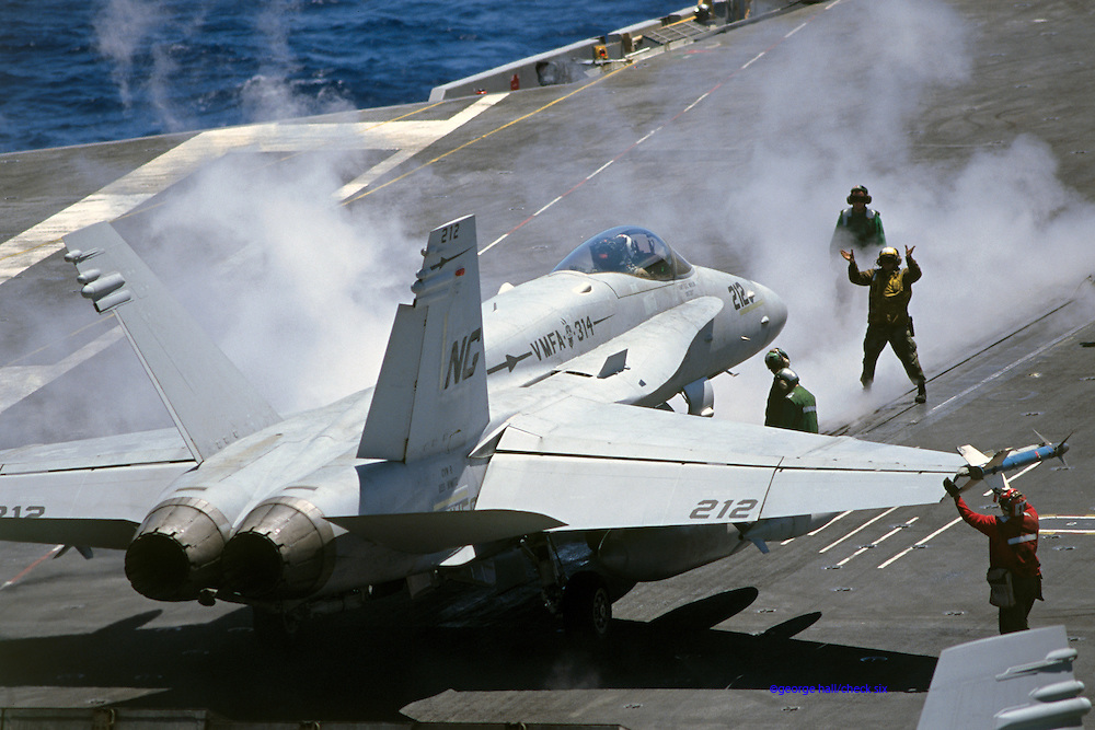 F/A-18C Hornet, VMFA-314 (Marines), locks.onto catapult