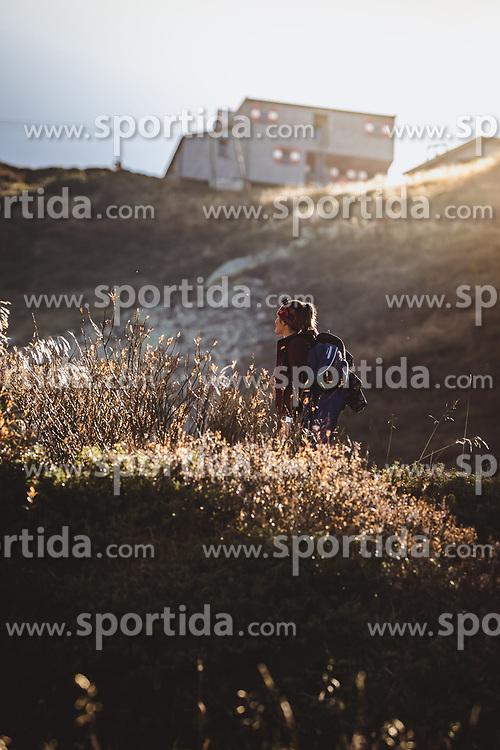 THEMENBILD - eine Frau bei ihrer Wanderung zum Wildsee mit dem Wildseeloderhaus, aufgenommen am 20. Oktober 2018 in Fieberbrunn, Österreich // a woman on her hike to the Wildsee with the Wildseeloderhaus, Fieberbrunn, Austria on 2018/10/20. EXPA Pictures © 2018, PhotoCredit: EXPA/ JFK